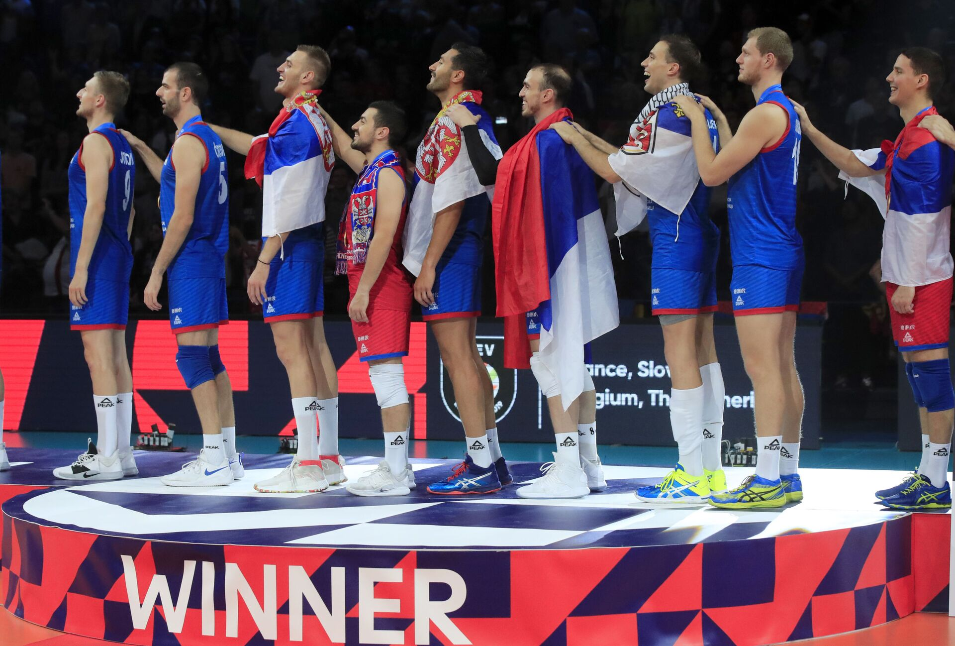Одбојкаши Србије певају националну химну након освајања златне медаље на Европском првенству у одбојци које је одржано у Паризу - Sputnik Србија, 1920, 02.09.2021