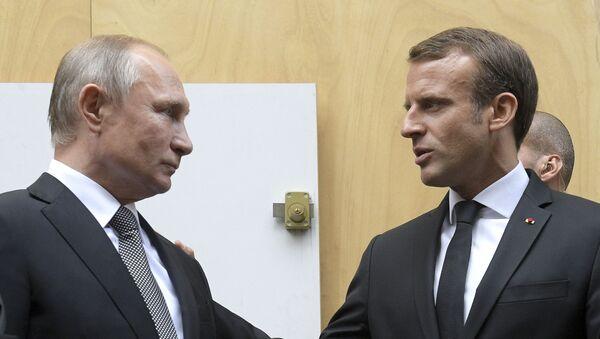 Predsednici Rusije i Francuske Vladimir Putin i Emanuel Makron na sahrani bivšeg francuskog predsednika Žaka Širaka u Parizu - Sputnik Srbija