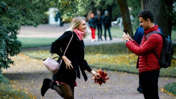 Molodыe lюdi fotografiruюtsя na territorii dvorcovo-parkovogo ansamblя Oranienbaum - Sputnik Srbija