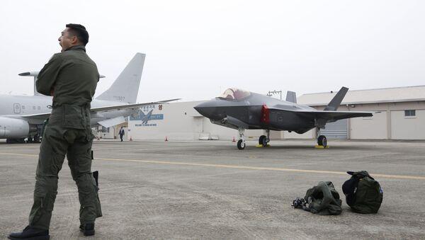 Јужнокорејски пилот стоји поред авиона Ф-35 А Стелт на обележавању 71. Дана оружаних снага у Тегу - Sputnik Србија