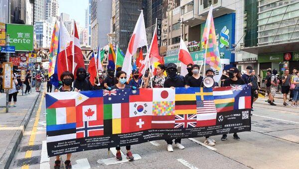 Демонстранти у Хонгконгу носе стране заставе - Sputnik Србија