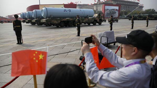 Посматрачи фотографишу ракету Јуланг 2, која се испаљује са подморница. - Sputnik Србија