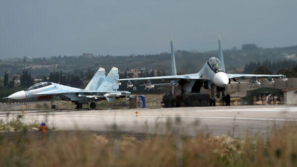 Руски ловци Су-30 пре полетања на војној бази Хмејмим у Сирији - Sputnik Србија