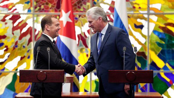 Dmitrij Medvedev i predsednik Kube Migel Dias-Kanel Bermudes  - Sputnik Srbija