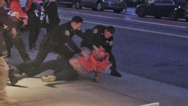 Njujorška policija hapsi albanskog demonstranta u Njujorku, na premijeri filma Borisa Malagurskog - Sputnik Srbija
