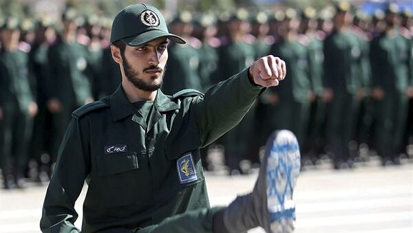 Iranski oficir Korpusa Čuvara islamske revolucije sa zastavom Izraela na čizmi za vreme smotre u vojnoj akademiji u Teheranu - Sputnik Srbija