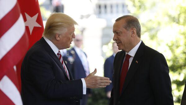 Predsednik SAD Donald Tramp i predsednik Turske Redžep Tajip Erdogan u Beloj kući u Vašingtonu - Sputnik Srbija