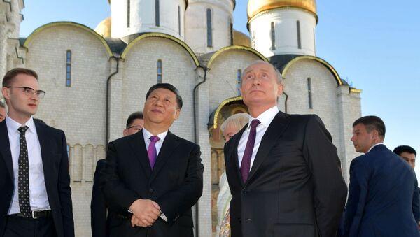 Predsedatelь KNR Si Czinьpin i prezident Rossii Vladimir Putin vo vremя эkskursii po Kremlю - Sputnik Srbija