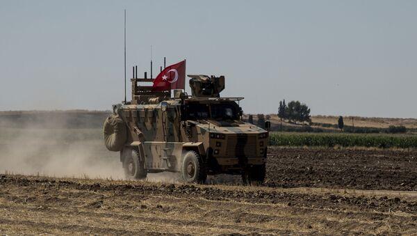 Турско војно оклопно возило током патроле у зони безбедности у Сирији - Sputnik Србија