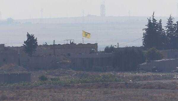 Zastava kurdskih Narodnih zaštitnih jedinica viđena sa turske strane granice između Turske i Sirije  - Sputnik Srbija