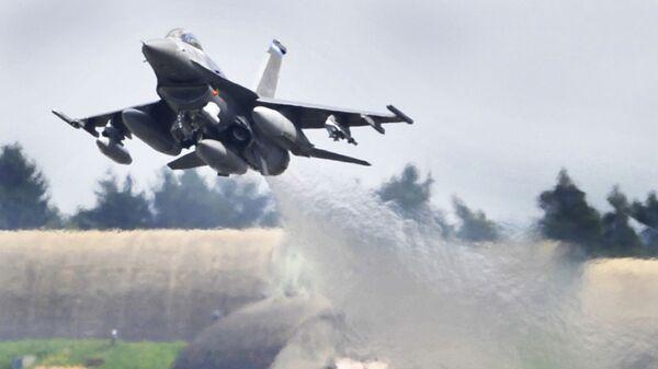 Авион Ф-16 полеће са војне базе Шпангдалем у Немачкој - Sputnik Србија