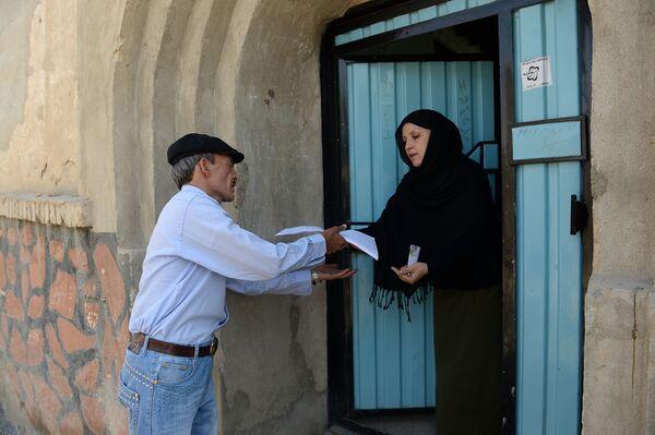 На овој фотографији, снимљеној 11. јуна 2013, авганистански поштар Мухамед Рахим доставља писма становнику у насељу Карт-е-Сакхи у Кабулу.  - Sputnik Србија