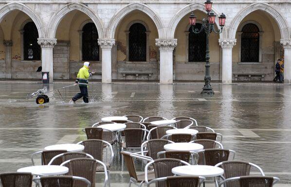 Поштар прелази поплављени трг Светог Марка у Венецији 3. новембра 2009. - Sputnik Србија