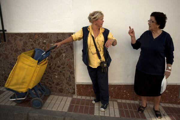 Паки, радница шпанске поштанске службе, разговара са локалном становницом док је 2. октобра 2013. године достављала пошту у Аријатеу, у близини Малаге. - Sputnik Србија