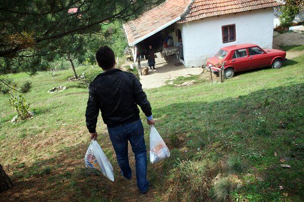 Поштар Филип Филиповић доноси намирнице породици 7. октобра 2013. године у близини Куршумлијске Бање, око 300 км јужно Београда. - Sputnik Србија