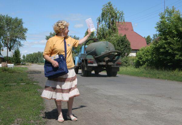 Поштар доноси пошту становницима села Боровоје у руској Новосибирској области. - Sputnik Србија