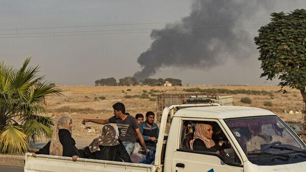 Arapi i Kurdi beže nakon turskog bombardovanja sirijskog grada Ras el Ajn - Sputnik Srbija