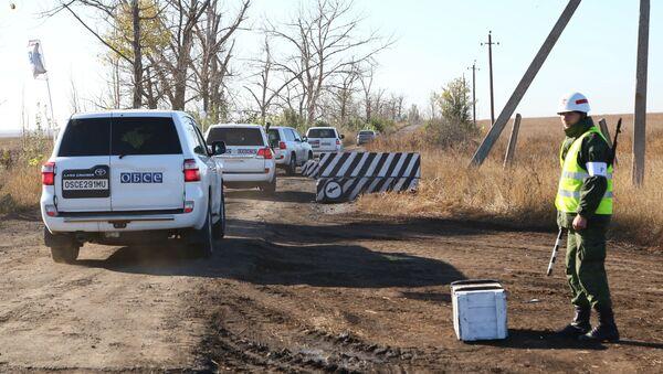 Vozila posmatrača OEBS-a na graničnom prelazu Petrovsko u Donjeckoj oblasti, gde je trebalo da se održi povlačenje snaga DNR - Sputnik Srbija
