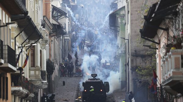Oklopno policijsko vozilo ide prema demonstrantima na protestima u Ekvadoru - Sputnik Srbija