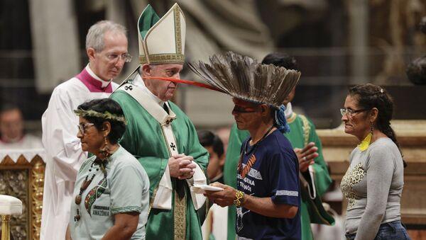 Papa Franjatokom mise pred početak Zelenog Sinoda sa domorodačkim stanovništvom Amazonije - Sputnik Srbija