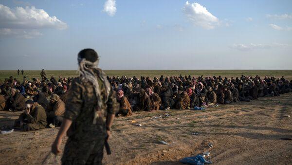 Pripadnici Sirijskih demokratskih snaga koje pomažu Sjedinjene Američke Države, obezbeđuju ljude koji su evakuisani sa teritorija pod kontrolom DAEŠ-a u Siriji - Sputnik Srbija