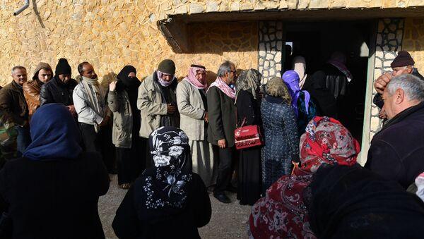 Сиријске избеглице прелазе хуманитарни коридор у провинцији Идлиб - Sputnik Србија