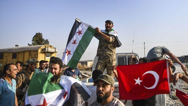 Припадници сиријске опозиције, савезници Турске, славе у Акчакалеу након почетка турске операције на северу Сирије - Sputnik Србија