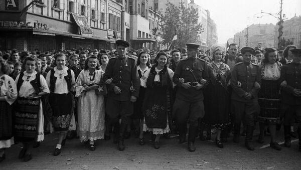 Грађани ослобођеног Београда са официрима и војницима Црвене армије. - Sputnik Србија