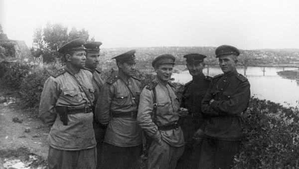 Специјални дописник агенције ТАСС, капетан Павел Лукницки (трећи с лева) на тек ослобођеном Калемегдану, 20. октобра 1944. - Sputnik Србија