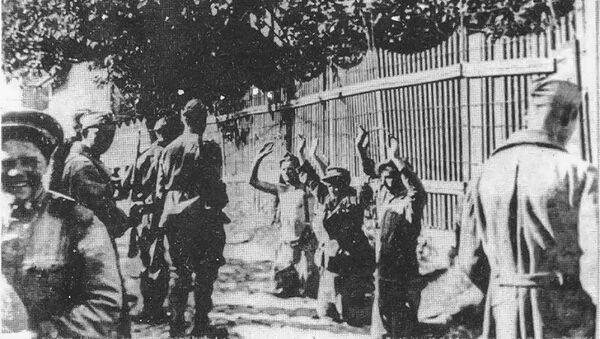 Црвеноармејци заробљавају групу војника Вермахта у Београду. - Sputnik Србија