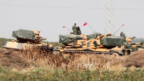 Турски војници стоје на тенковима на турско-сиријској граници  - Sputnik Србија
