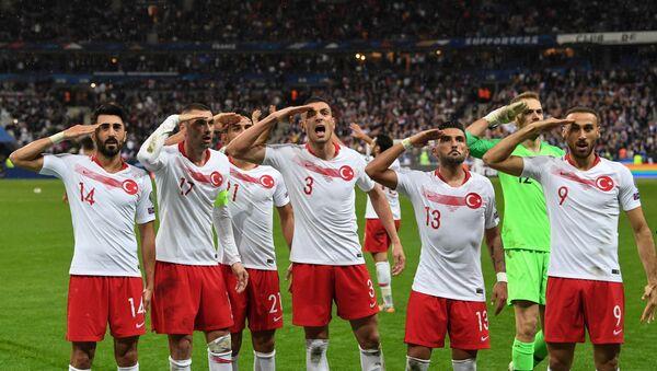 Репрезентативци Турске салутирају војницима на стадиону у Паризу. - Sputnik Србија