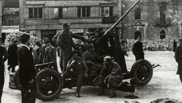 Партизани и црвеноармејци у кратком предаху код противавионског топа на Славији - Sputnik Србија