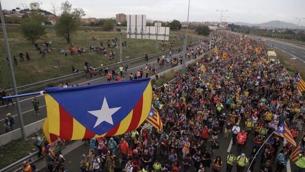Демонстранти са заставама независне Каталоније у протестној шетњи у Барселони - Sputnik Србија