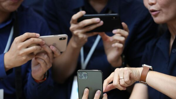 Посетиоци са новим Apple iPhone 11 Pro телефоном - Sputnik Србија