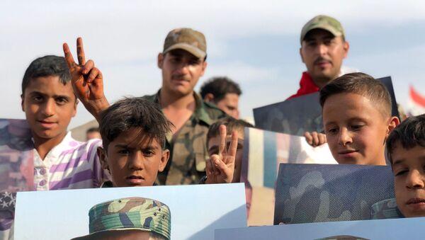 Млади Сиријци са плакатима на којима је лик председника Сирије Башара ел Асада. - Sputnik Србија