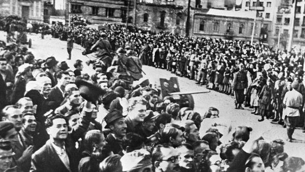 Stanovnici Beograda dočekuju sovjetske vojnike u oslobođenom Beogradu 1944. - Sputnik Srbija