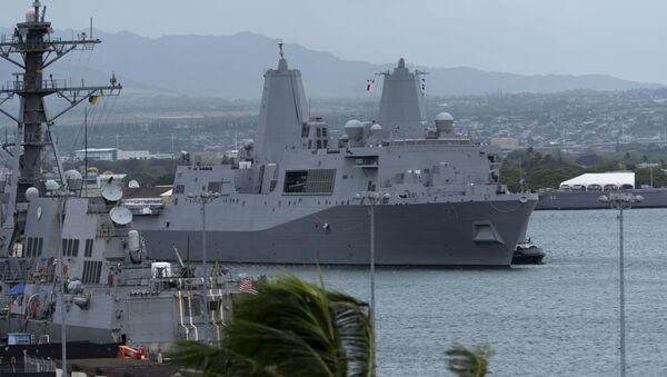 Američki amfibijski transportni brod Portland (LPD 27) dolazi u luku na Havajima - Sputnik Srbija