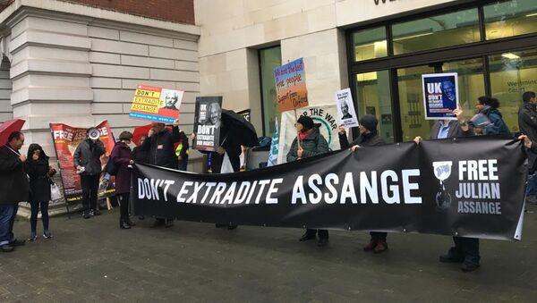 Присталице Џулијана Асанжа испред суда у Лондону - Sputnik Србија