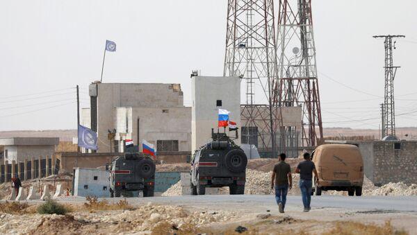 Ruska i sirijska zastava na vojnim vozilima koja patroliraju u okolini Manbidža - Sputnik Srbija