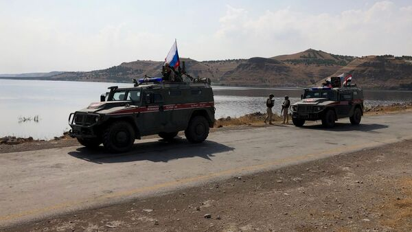 Oklopna vozila patrolne službe ruske vojne policije na obali Eufrata u Siriji - Sputnik Srbija