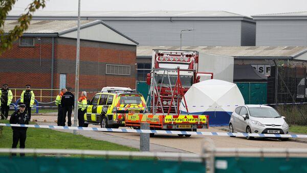 Полиција на месту где је пронађен камион са телима у британском Есексу - Sputnik Србија