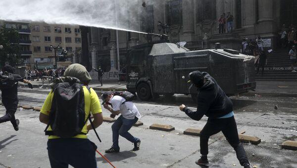 Хаос на улицама Сантјага за време протеста против политике власти - Sputnik Србија