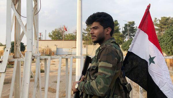 Војник сиријске војске на прелазу на сиријско-турској граници у граду Ајн ел Араб - Sputnik Србија