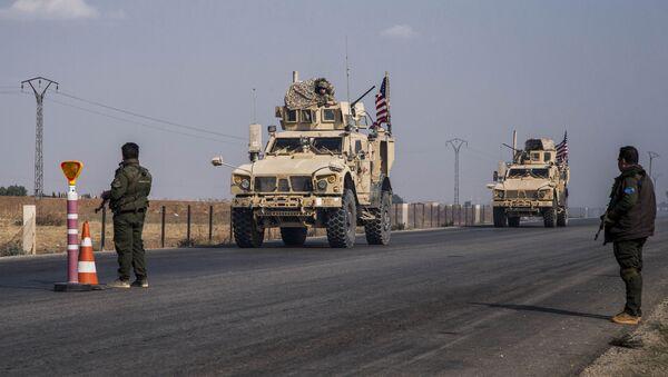 Konvoj američkih vojnih vozila u blizini grada Kamišli na severu Sirije - Sputnik Srbija
