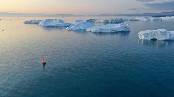 Яhta Petr Pervый proplыvaet mimo aйsbergov v akvatorii ostrova Grenlandiя - Sputnik Srbija