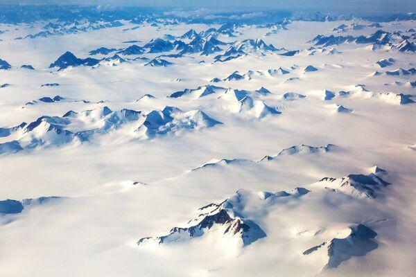 Снежне планине на острву Гренланда. - Sputnik Србија