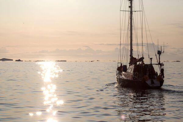 """Јахта """"Петар Први"""" у водама острва Гренланда у оквиру """"Русаркове"""" експедиције. - Sputnik Србија"""