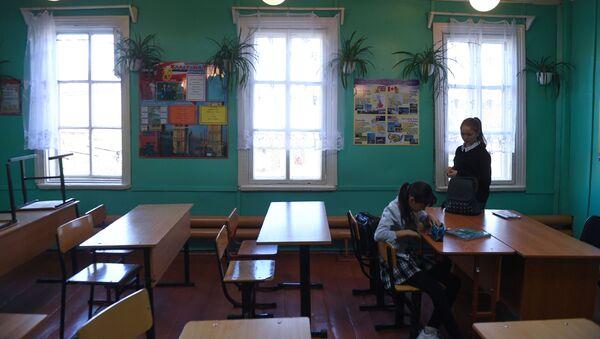 Ученицы в школе села Алыгджер в  Иркутской области - Sputnik Србија