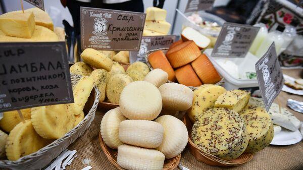 Štand sa sirevima na IX sajmu turizma Otvoreni Krim u Simferopolju - Sputnik Srbija